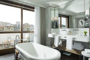 Portrait Firenze- Ponte Vecchio Suite Master Bathroom