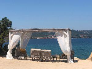Lunaria Beach è la location ideale per giornate in spiaggia, aperitivi al tramonto e cene pieds-dans-l'eau in uno degli angoli più incantevoli della Sardegna.